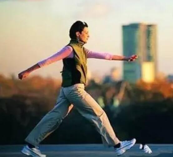 步行有益于防治颈椎病.jpg